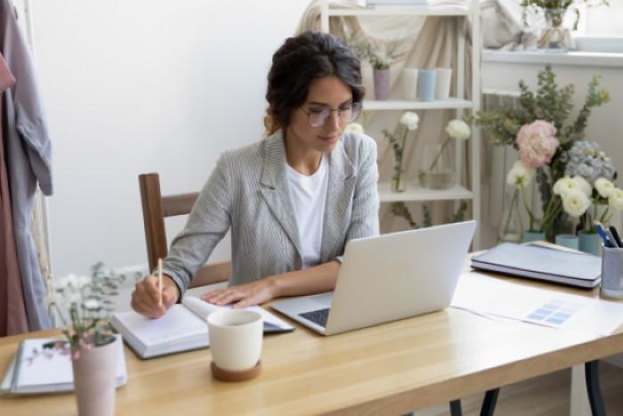 mulher montando estratégias de pós-venda no computador